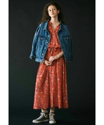 柄の入った赤ワンピースは、意外と着こなしやすいですよ。赤はデニムとの相性が良いので、デニムジャケットを羽織ると絶妙なバランスに。