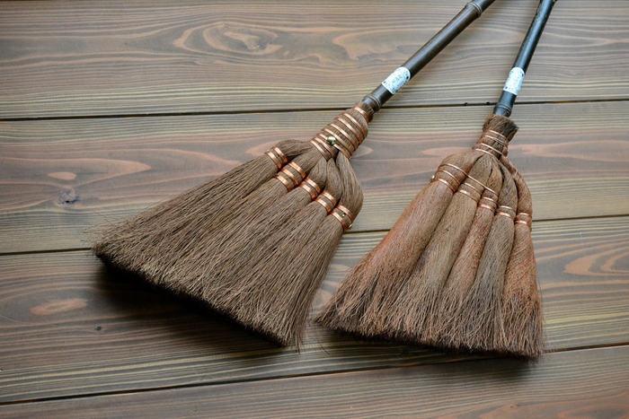 昔ながらのお掃除道具と言えば、「ほうき」と「ちりとり」。掃除機のない時代には、そんな生活が当たり前でした。時間や場所を気にすることなく、いつでも掃除ができるほうきは、実は現代の生活にも意外とマッチしています。