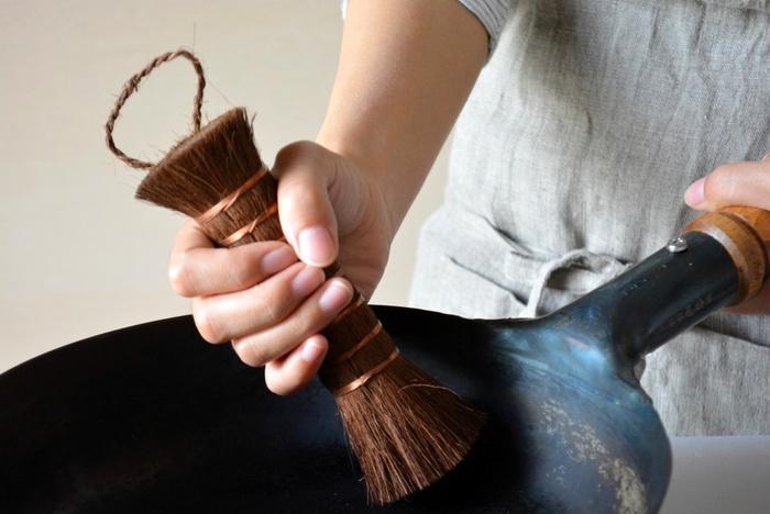 丈夫な天然繊維は適度にしなるので、道具や食材を傷つけずに洗うことができます。まな板や鍋などの汚れはしっかりかき出し、ゴボウやニンジンなどの泥は、優しくきれいに洗い落してくれます。