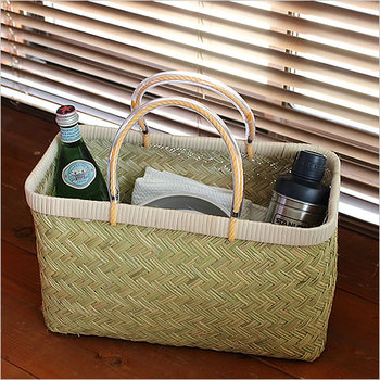 昔ながらの天然素材で編まれた「かご」は、ひとつあると収納やお出かけなど、様々な用途で使える便利な道具です。美しい編み目や丈夫な作りなど、長く大切に使っていきたい魅力がたっぷりです。