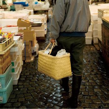 料理のプロも買い出しに使う、使い勝手の良さ。マチ付きでたっぷり入る収納力と、ビニールコーティングされた取っ手で、たくさん買い物しても大丈夫!