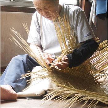 """「松野屋」の""""篠竹市場かご""""は、岩手県北部の職人の手で、ひとつひとつ丁寧に編まれています。丈夫でしなやかなかごは、古くから日本人の暮らしのなかで愛用されてきました。"""