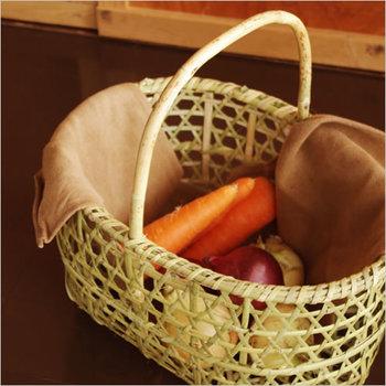 """六角形の網目が美しいこちらのかごは、青森県のりんご農家で収穫に使われている「りんごかご」。毎年10月頃収穫する、雪に耐えて強さが増した""""根曲竹""""を使って編まれたかごは、木型を使わず柔らかく編んだ、美しい六角目が特徴です。"""