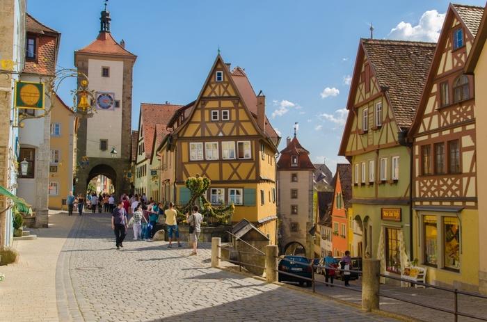 ローテンブルク旧市街で最も美しい場所と称されているのが、「プレーンライン」と呼ばれるY字路です。2つの塔、石畳の路地、その両横に並ぶ木骨組の家々が織りなす景色は、まるで絵本の挿絵のようです。