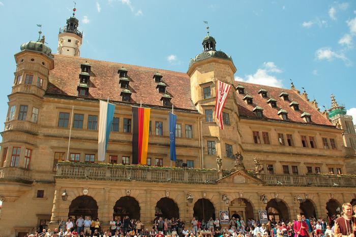 いつも大勢の人々で賑わうマルクト広場に面する重厚感あふれるゴシック建築の建物は、ローテンブルクの市庁舎です。