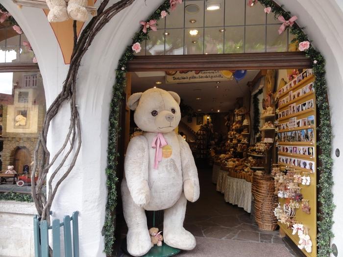 ドイツ最大級のテディ・ベア専門店では、大人の背丈よりも大きなテディ・ベアが訪れる人々を出迎えてくれます。
