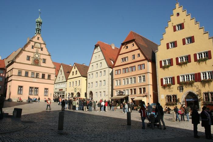石畳が敷かれた賑やかなマルクト広場は、ローテンブルク旧市街の中心部となっています。
