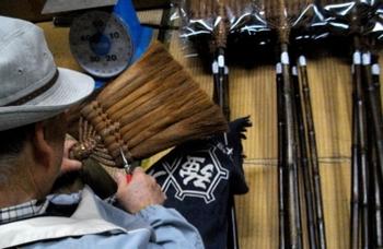"""「山本勝之助商店」の""""棕櫚ほうき""""は、和歌山の職人により、昔ながらの手法でひとつひとつ丁寧に手作りされています。適度なコシがあり強くてしなやか、畳やフローリングなどあらゆる場所の掃除に活躍します!"""