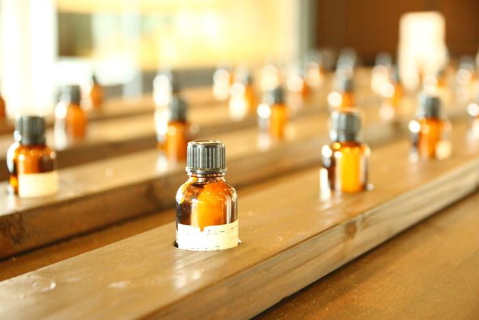 """リネンスプレーとして布に使うときには、""""オレンジ""""や""""マンダリン""""、""""ローズアブソリュート""""などオイルの色の濃い精油はシミになることがあるので注意しましょう。  また、""""グレープフルーツ""""や""""レモン""""、""""ベルガモット""""などの柑橘系の精油には光毒性があり、付けてから紫外線を浴びるとシミなどの原因になることがあるので、日中使うローションやクリームなどを手作りするときには注意が必要です。"""