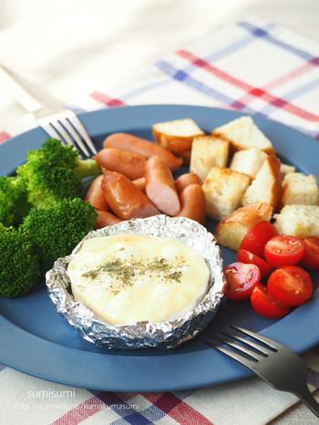 チーズ以外の材料はあらかじめ切ってタッパーなどに入れて持っていけば楽チン♪火にかけたカマンベールチーズがトロトロになれば食べ頃のサインです。外で味わう熱々のチーズフォンデュは、きっと格別!