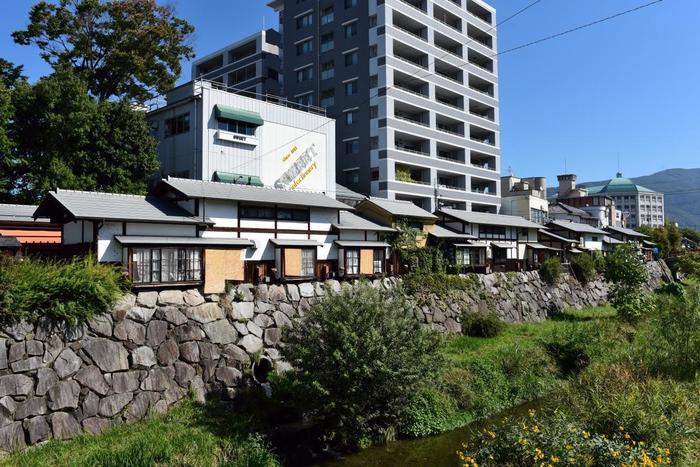 そんな新旧の建物が美しく調和している松本市には、国内外問わず観光客が多く訪れます。