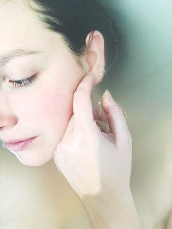 """乾燥を防ぐにはしっかり保湿することが重要ですが、メイク前に使用する化粧水と乳液は、""""適切な量""""を意識することが大切です。保湿を重視するあまりに、化粧水や乳液の使用量が多すぎると、肌に馴染みきらずにベースメイクが崩れやすくなります。逆に使用量が少なすぎると乾燥しやすくなり、化粧崩れの原因になってしまいます。"""