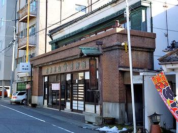 現在では数件しか残っていませんが、江戸時代には数十軒の飴の店があったという松本市。JR松本駅から徒歩約7分のきょりにある「山屋御飴所」も創業は寛文12年(1672)という、340年以上続く老舗の飴屋です。