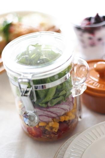 アウトドアでも野菜サラダがあると嬉しいですよね!持ち運びが簡単なジャーサラダを、箸休めにいかがでしょう?ドレッシングや、水気の多いものは一番下に入れるのが、時間が経っても美味しく食べれらるコツです。