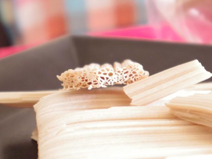 第25回全国菓子博覧会兵庫姫路菓子博金賞を受賞した飯田屋飴店の看板商品の「あめせんべい」。見た目は飴というよりも洋菓子のウエハースのよう。あめせんべいの断面は、筒状の空気の管が幾重にも重なり合っているので、口に入れた瞬間に、フワっとした空気感と、パリっとした食感が生まれます。