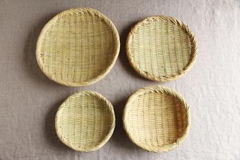 """日本各地の自然の素材を活かした荒物雑貨を扱う「松野屋」の""""篠竹丸ざる""""は、岩手県の熟練職人による手仕事により、ひとつひとつ丁寧に編まれています。"""