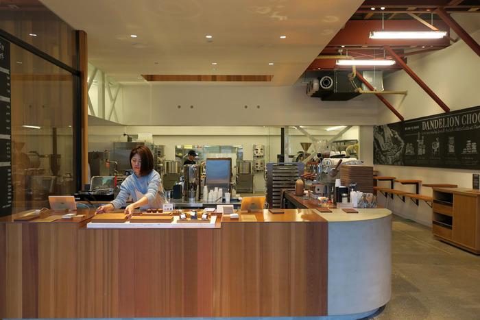 チョコレートファクトリー・スタンドになっている1階フロア。お店に入るとすぐにチョコレートのいい香りが漂います。オープンで広々としたデザインの空間は、まるで外国のカフェにきたような雰囲気です。