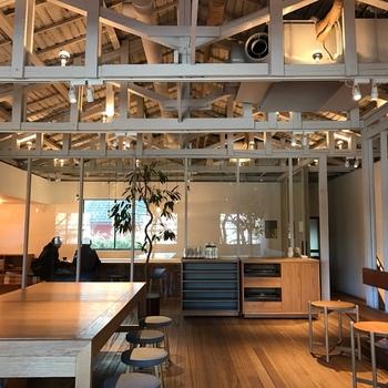ゆったりとした開放的なデザインの2階のカフェスペース。木を基調とした温かみの感じられる空間は、まさに休日を過ごすには最適の空間。