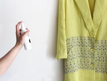 ルームスプレーを使うときには、直接肌や布などに当たらないように空気中にミストをふんわりと放つようにスプレーしましょう。
