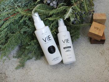 """日本国内生産にこだわった精油製品のブランド""""VIE(ヴィー)""""。VIE(ヴィー)とは、フランス語で""""生活""""や""""人生""""を意味する言葉。そのブランド名の通り、毎日の生活に""""香り""""による素敵なエッセンスをもたらしてくれそうです。シンプルな白いボトルもお部屋にしっくり馴染みそうですね。香りは3種類展開です。"""