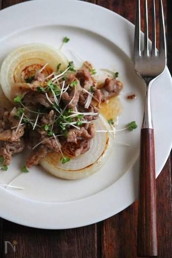 輪切りにした新玉ねぎをそのままソテーして、豚薄切り肉のマスタード炒めを添えて。これからの時季に楽しみたい、シンプルながらもちょっとオシャレなレシピです。