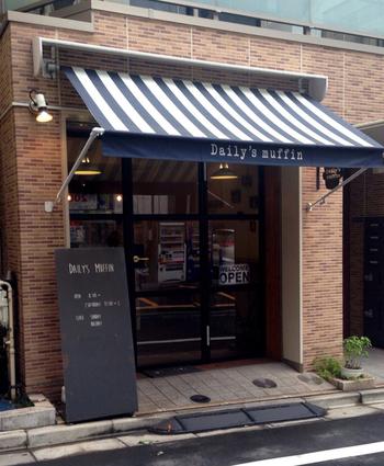 都営浅草線 蔵前駅 A1出口から1メートル。良好なアクセスの場所に位置する「デイリーズ マフィン 東京」。洋風の外観が愛らしい、日々行列の絶えない人気店です。