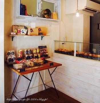 店内にはガラスケースにズラリと並ぶ豊富な種類のマフィンの他、ホームメイドのお菓子などもあります。脇にはイートインができる小さなカウンタースペースも用意されています。
