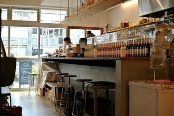 旦那様が経営する革製品のブランドと、奥様の経営する焼菓子店がコラボして作られたというこちらのカフェ。カウンター席と奥に少しテーブル席が設けられており、店の右手には沢山の革製品がズラリと並びます。