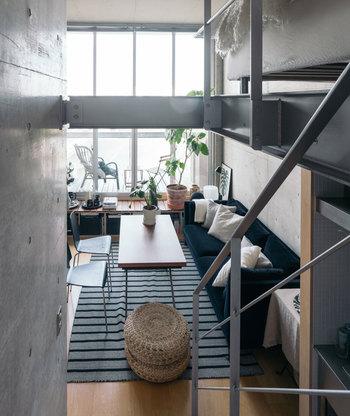 デザイナーズワンルームということでロフト付きのおしゃれなお部屋です。お部屋の先には高床式のウッドデッキが広がり、眺望も最高。