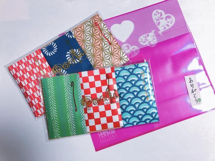 """「ぽちおかき」という名前の通り、おかきは、日本ならではの""""ぽち袋""""に一枚ずつ入れられています。日本の伝統模様も息づいた華やかなパッケージ。外国の方にも人気なんですよ。"""