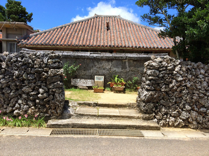 シーサーが屋根から見守ってくれているのも、沖縄らしくて素敵ですね。