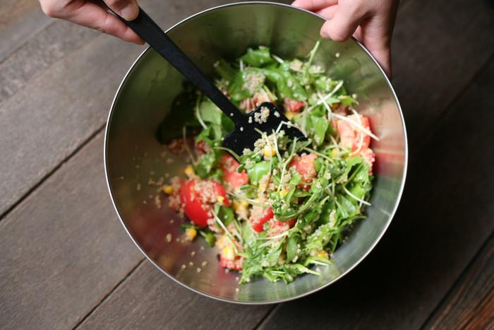 ステンレス・ガラス・琺瑯など素材をきちんと選べば、ニオイ移りの心配も少なく、油落ちが良いので衛生的にも◎サラダや冷静パスタのように最後にソースなどを加えて仕上げるお料理は、そのまま食卓に並べても良いですね。