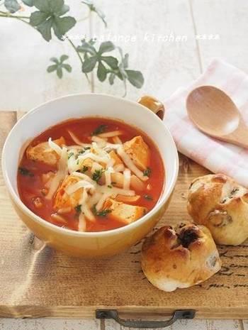 トマトジュースで作れるミネストローネ。厚揚げを使うと、お肉がなくてもしっかりとコクのあるスープに仕上がります。にんじんやしめじなどの野菜をたっぷりと加えれば、満足感も十分◎
