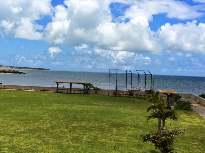 対岸には西表島も見えます。西表島と由布島との間の海域は、水族館でしか見られないような大きなマンタが回遊する場としても有名です。