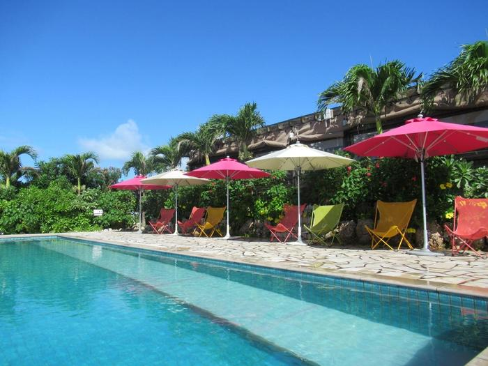 プールサイドにならぶパラソルもチェアもカラフルで素敵♪リゾート気分をさらに盛り上げてくれますね。