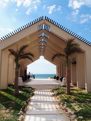 プライベートビーチへ向かうとインスタ映えしそうなビーチテラス。お天気のいい日は本当に美しい景色で、この景色を見ているだけでテンションがあがりそう。
