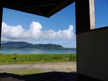 全室がオーシャンビューで、目の前に西表島を眺めることができる!昼は素晴らしい景色を楽しみ、夜はのんびり星空観察、そんなのんびりしたい方にもってこいのお宿です。