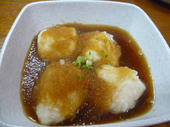 沖縄名物、ジーマミー豆腐の揚げ出しはもっちりとしていて、とろ~り甘いだし汁とよく絡んでいて美味しいです。