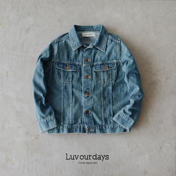 LEE(リー)のデニムジャケットをモチーフにして作られた「Luv our days(ラブアワーデイズ)」のデニムジャケット。本格的なのに着やすいデニムジャケットをコンセプトに作られた、フェミニンな印象漂う一枚です。