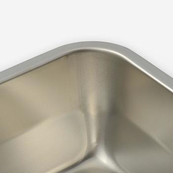 このすっと立ち上がった角が、洗い物の時に他との差を実感させてくれます。角ばった容器やお皿は角(すみ)が洗いにくいイメージあるかもしれませんが、このちょっとした丸みのおかげで何度も洗いなおす必要もありません。