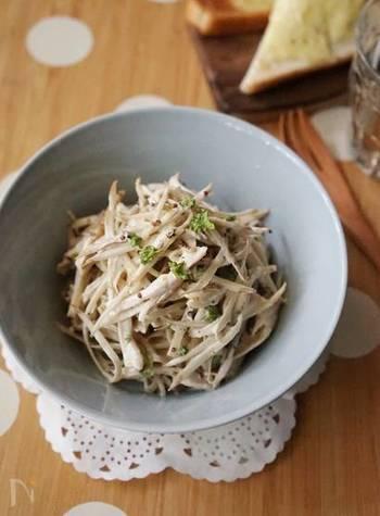 鶏むね肉×ごぼう。和食を思い浮かべがちな組み合わせですが、マヨマスタードで洋風サラダにしても美味しいですよ。鶏肉の過熱はレンジでOK!10分でささっと一品作れます。