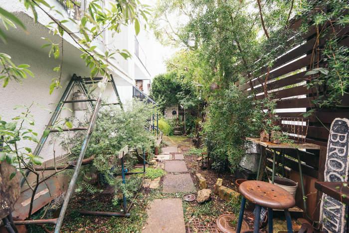 2階のベランダへ続くお庭がこちら。背の高い木々やビンテージインテリアに、通るだけで心踊る空間に。