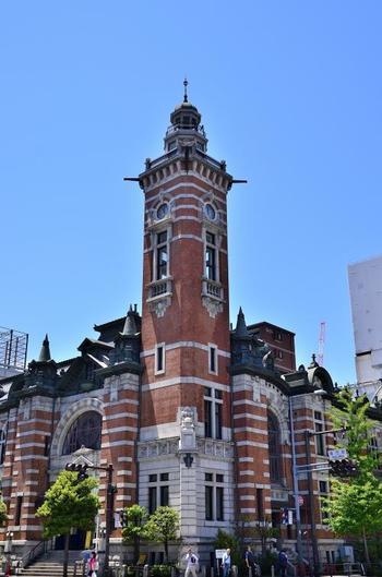 「ジャック」の愛称で親しまれる横浜市開港記念会館。赤レンガと白い花崗岩が交互に縞模様にデザインされている外観は、19世紀後半のイギリスで流行った様式として知られています。複雑な構成から、赤レンガ建築において非常に高い評価を得ています。