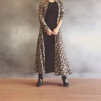 シックなロングガウンは、シンプルな着こなしにさらりと羽織るだけでもぐっと素敵な着こなしに。