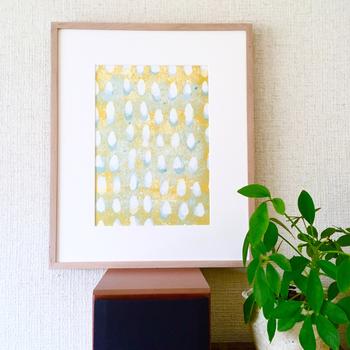 まるで絵本の一ページを切り取ったかのような、淡い北欧カラーのポスターです。凹凸のある紙にプリントすることで、適度なむらによるヴィンテージ感を生み出した作品は、もうずっと昔からそばに置いてあるような雰囲気があります。