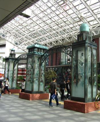 横浜には、ランドマークタワーが建設されるよりもずっと前に、街のシンボルがすでに存在していました。それが「キング」「クイーン」「ジャック」の愛称で親しまれている横浜三塔です。奇跡的に戦火から逃れ、今もなお現存する横浜三塔の歴史を紐解いていきましょう。