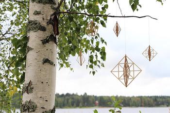 """""""木飾るジュエリー""""がコンセプトの、「Kito(キト)」の木製オーナメント・ヒンメリです。ひとつずつ吊り下げたり、自由につなげてみたり。空気の流れのある場所や、照明の近くに吊り下げると、ゆらゆらとした幻想的な影が楽しめますよ。"""