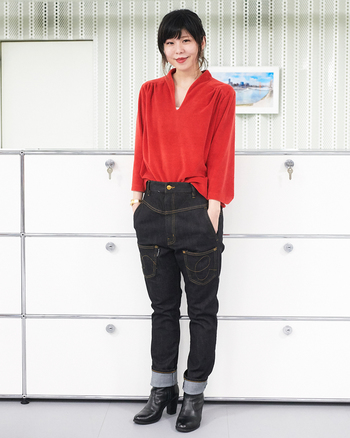 女性らしいデザインのトップスをデニムに前だけイン。わたり(股幅)はゆったり目なので、フロント部分を見せるスタイリングもきれいに決まります。発色の鮮やかな赤とブラックデニムの配分をうまくコントロールして、スマートな印象に。スニーカー以外にも、レザーのブーツとも相性が良く、合わせる靴を選ばないところも「うしろまえデニム」の魅力かも知れません。