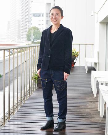 """同じネイビートーンのテーラードジャケットをデニムでドレスダウン。マニッシュでクールな装いも、「うしろまえデニム」のユニークなデザインと合わせることで、どこか可愛らしく見えるので""""はずし""""としても効果的です。"""