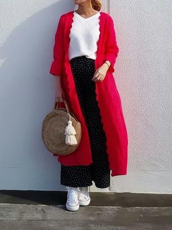 赤のスカラップワンピースを、シンプルなコーデにさらりと羽織ってみて。いつもと雰囲気をガラリと変えることができますよ。